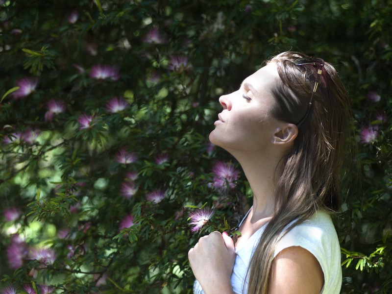 Ako správne meditovať: žena pri strome