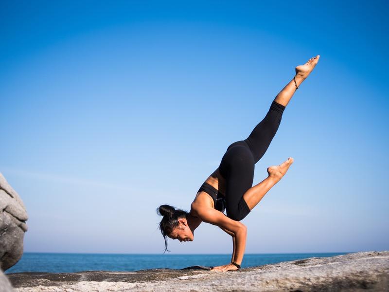Ashtanga joga: žena na pláži