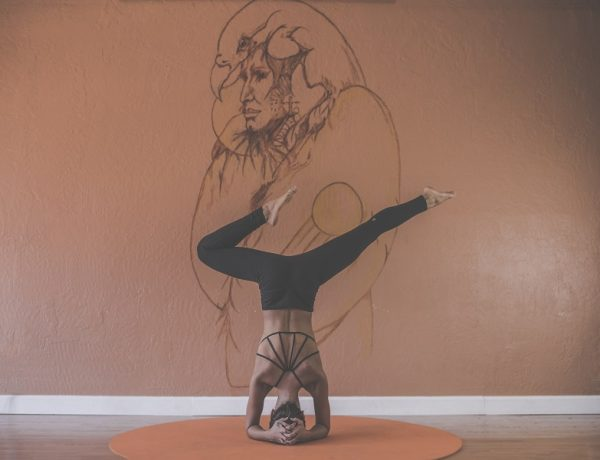 Ashtanga joga: žena v pozícii na hlave