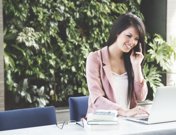 Cvičenie jogy: žena v office za stolom