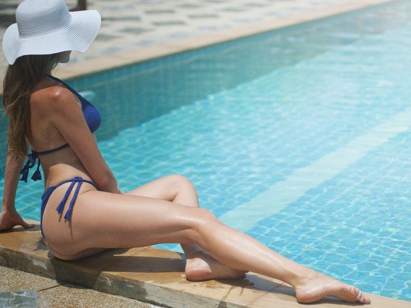 žena pri bazéze s hladkými nohami