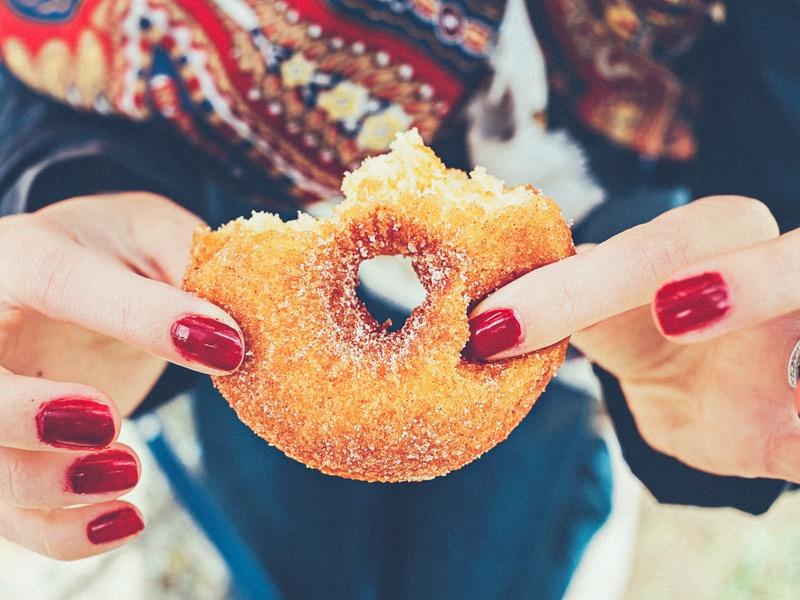 Detox: ženské prsty držia sladkosť