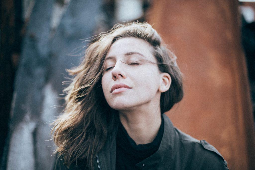 meditácia pomáha žene sa sústrediť