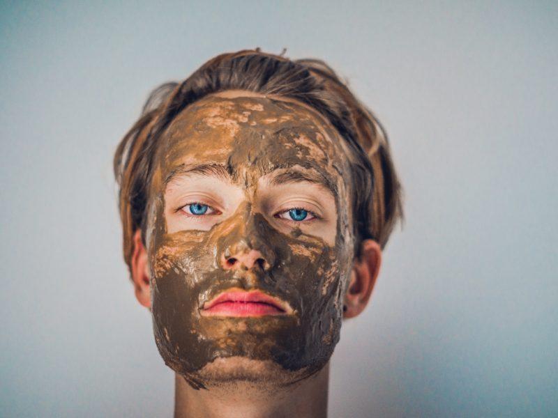 muž s maskou na tvár