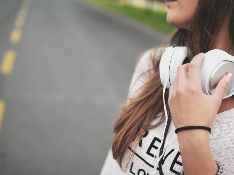 Meditačná hudba: žena so slúchadlami