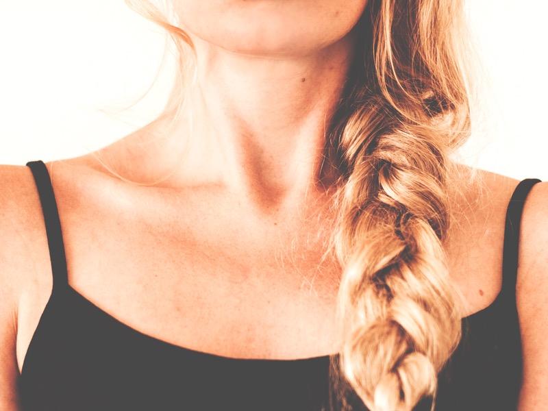 Odstránenie znamienok: žena s vrkočom