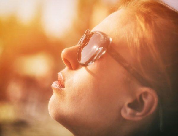 Pigmentové škvrny na tvári: žena v slnečných okuliaroch