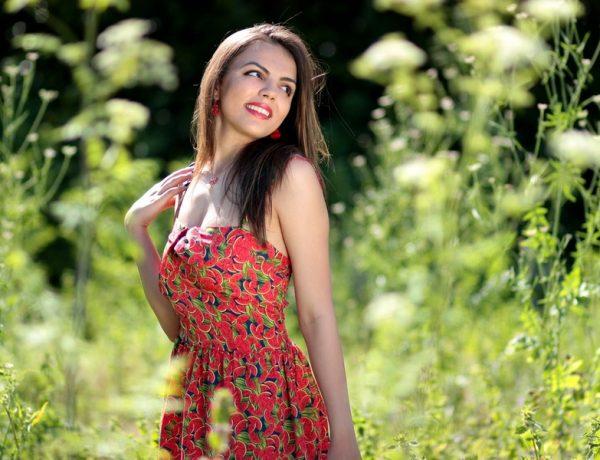 Silikónové implantáty: žena v šatoch