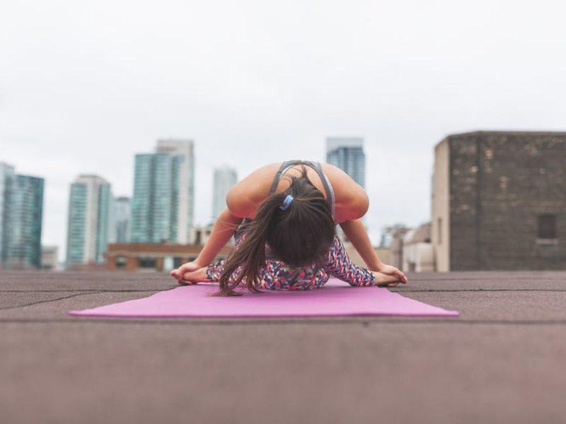žena cvičiaca jogu