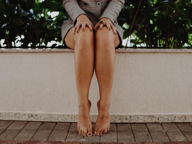 žena má strie na nohách