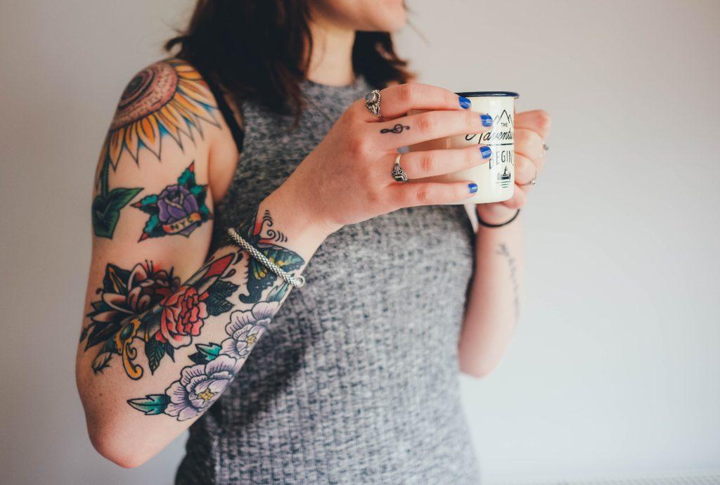 žena zvažuje odstránenie tetovania