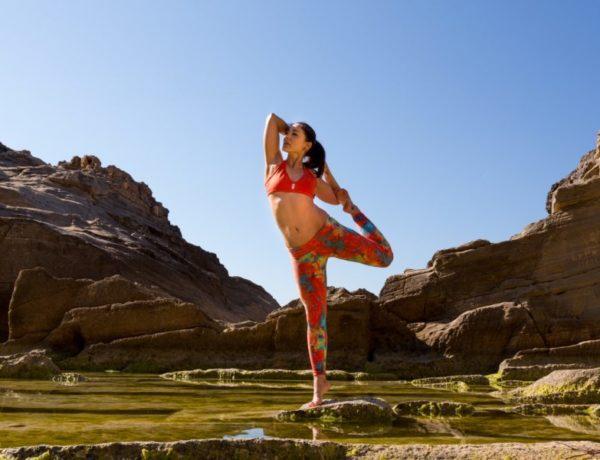 žena cvičí jogu v prírode