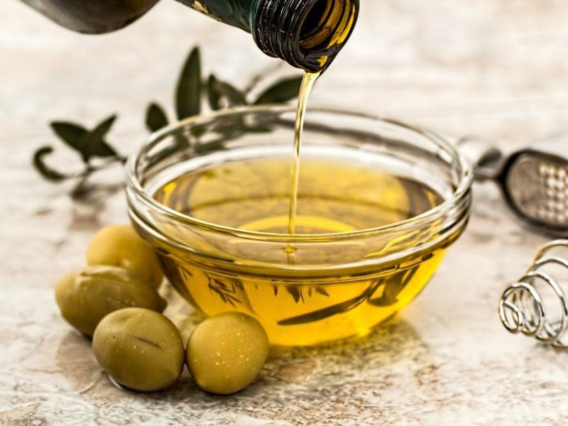 olivový olej v miske