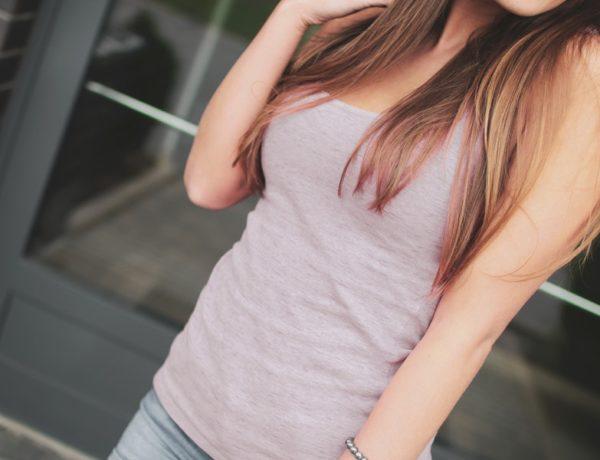 žena zvažuje zväčšenie pŕs vlastným tukom