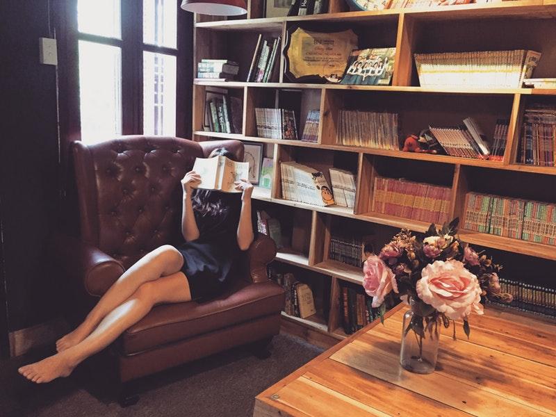 žena číta kníhu