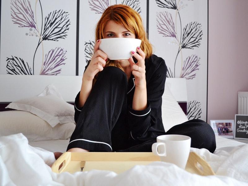 žena skúša dýchacie cvičenia doma
