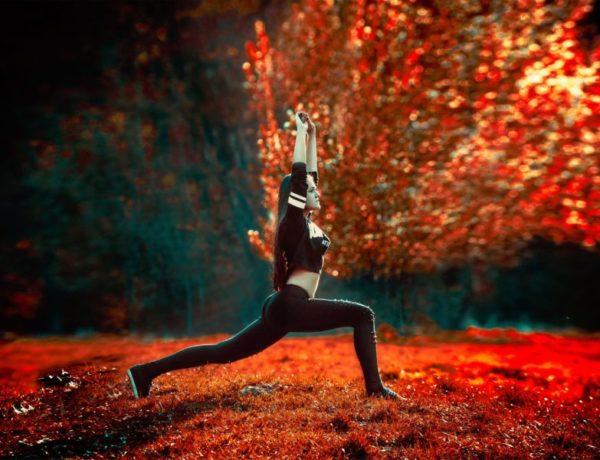 žena v prírode cvičí jogu