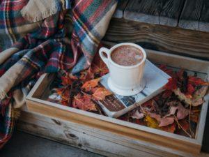 šálka kávy na knihe