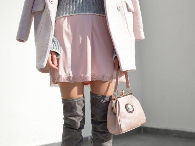 ženský outfit so sukňou