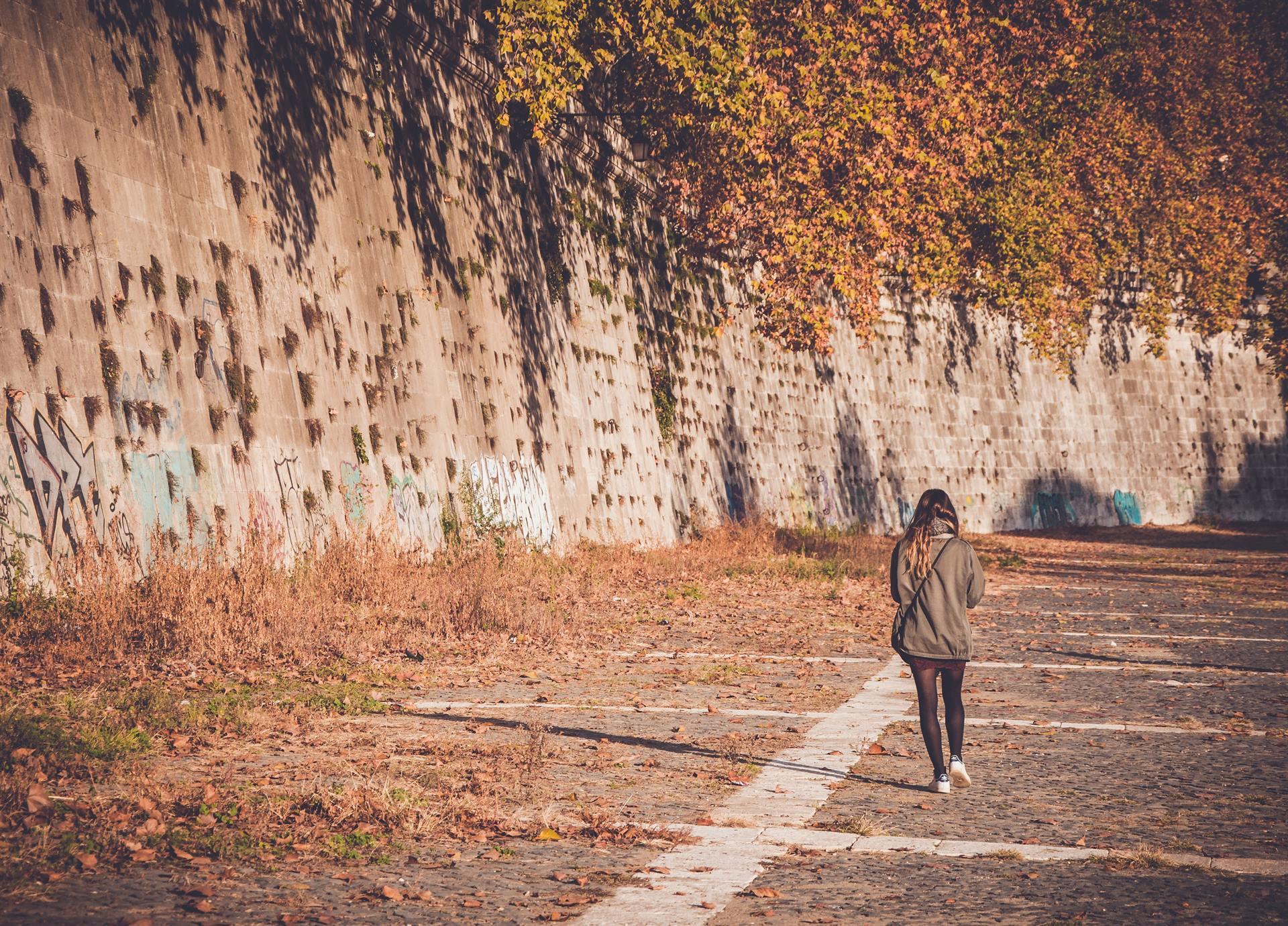 žena pri prechádzke hľadá pomôcky pre jesenné diy
