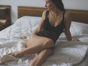 žena v spodnom prádle