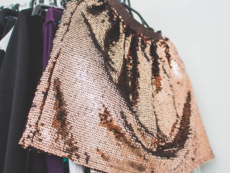 Nákup oblečenia z druhej ruky spomalí módu, ale tiež si tak zaobstaráte jedinečné kúsky do vášho šatníka.