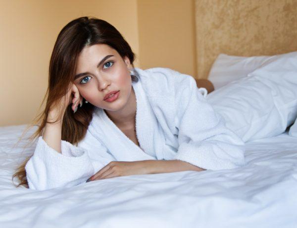 žena na posteli nemá vačky pod očami