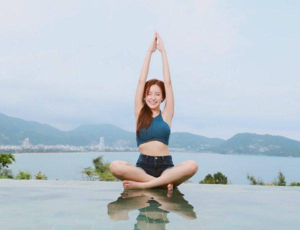 žena vie meditovať v prírode