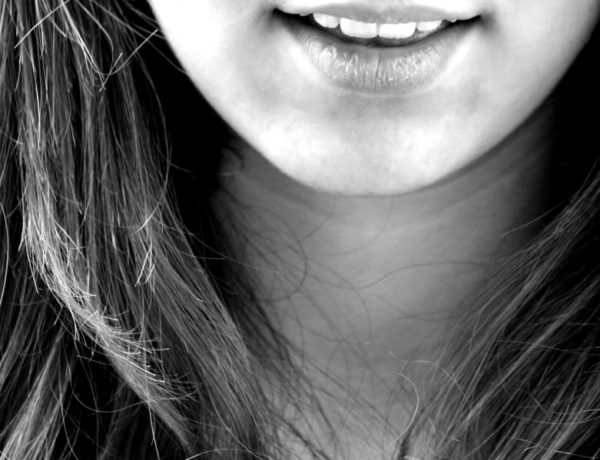 ženský úsmev a vlasy