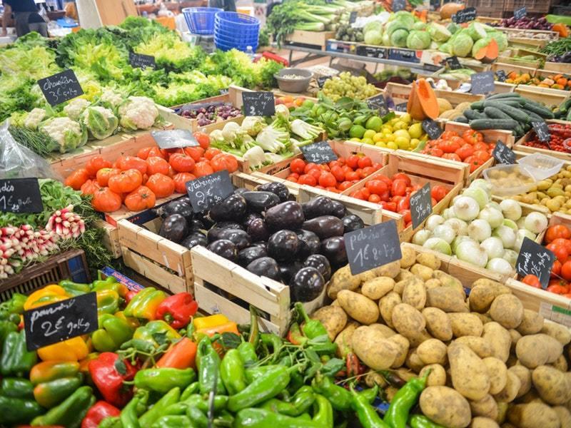 Nakupovanie na trhoch podporuje lokálnych dodávateľov, ktorí narozdiel od veľkých korporácií neprispievajú k ničeniu našich lesov.