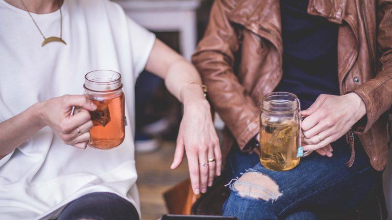 žena a muž pijú detoxikačný čaj