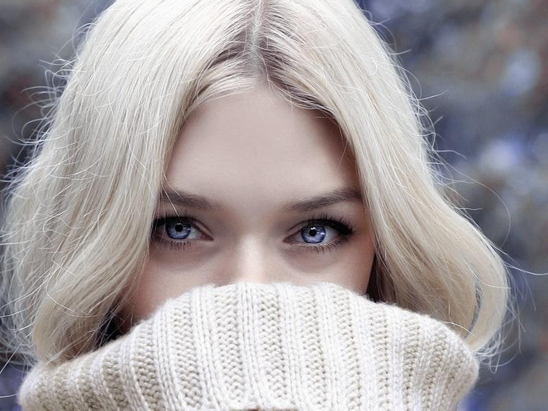žena so zahalenými ústami