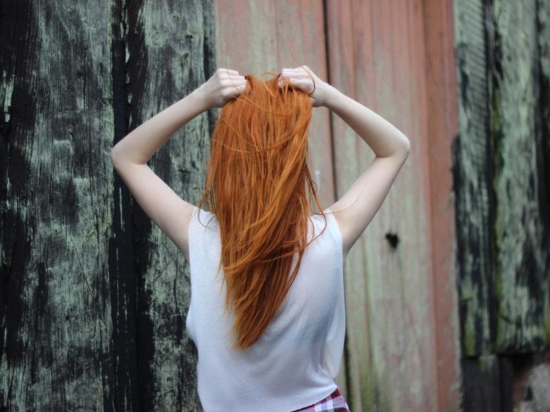 žena hľadá riešenie na vypadávanie vlasov