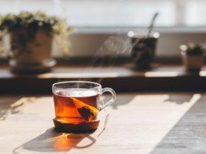 detoxikačný čaj na stole