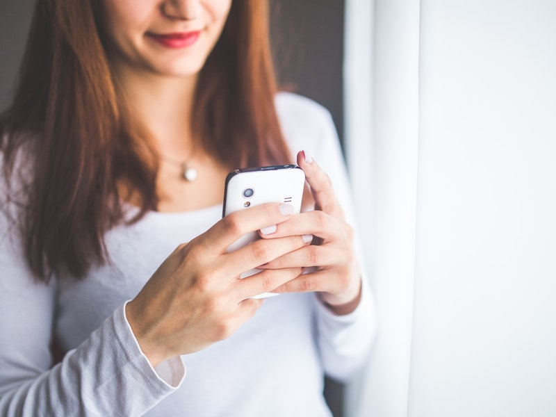 žena s mobilom