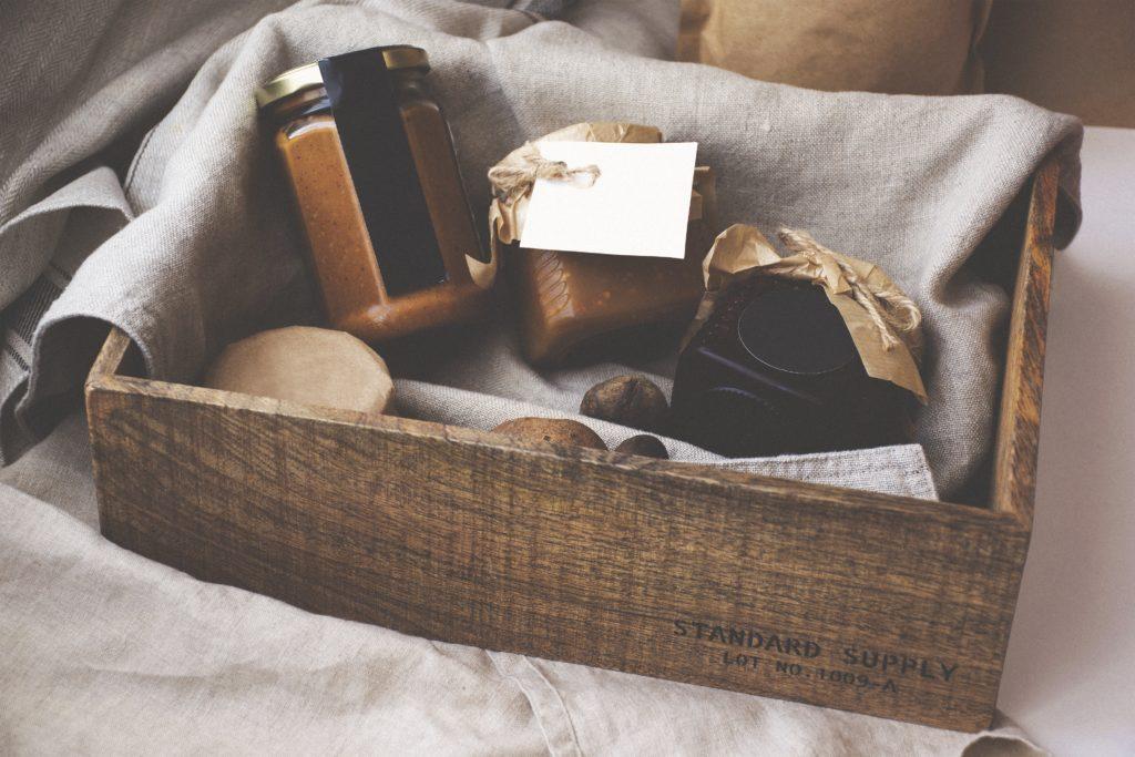košík alebo krabice je spôsob, ako zabaliť darček ekologicky