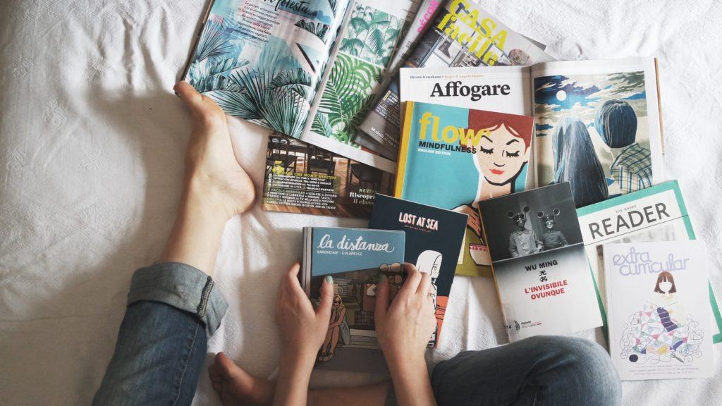 ženy triedi knihy pri upratovaní