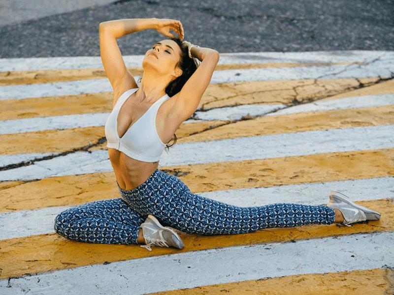 žena cvičí jogu