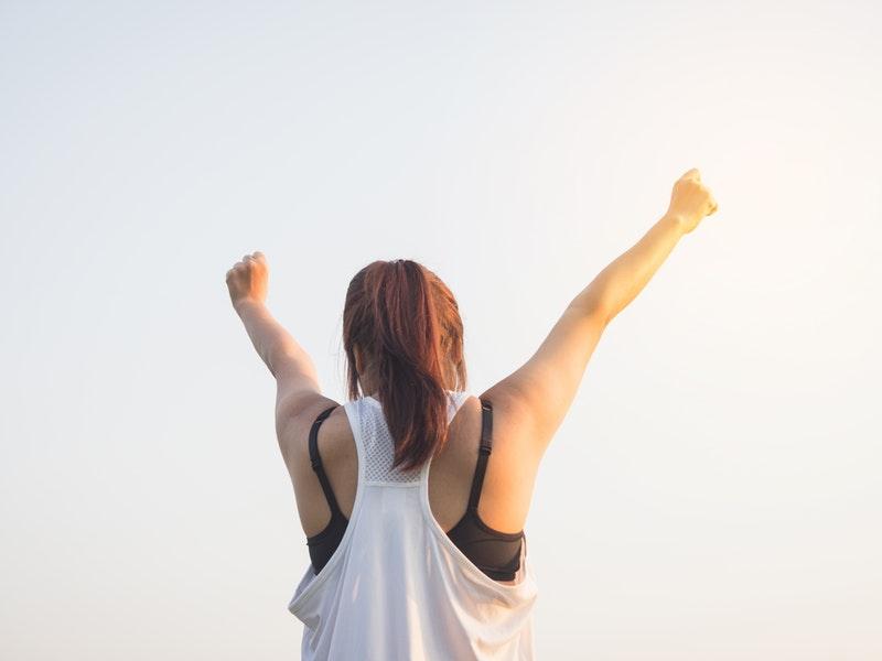 žena zažíva rovnováhu v živote