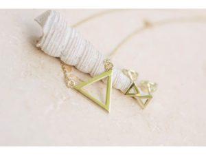 moderná kombinácia šperkov