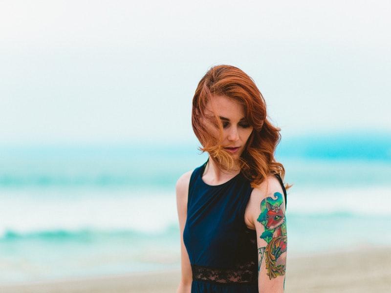 žena zvažuje odstránenie tetovania na ruke