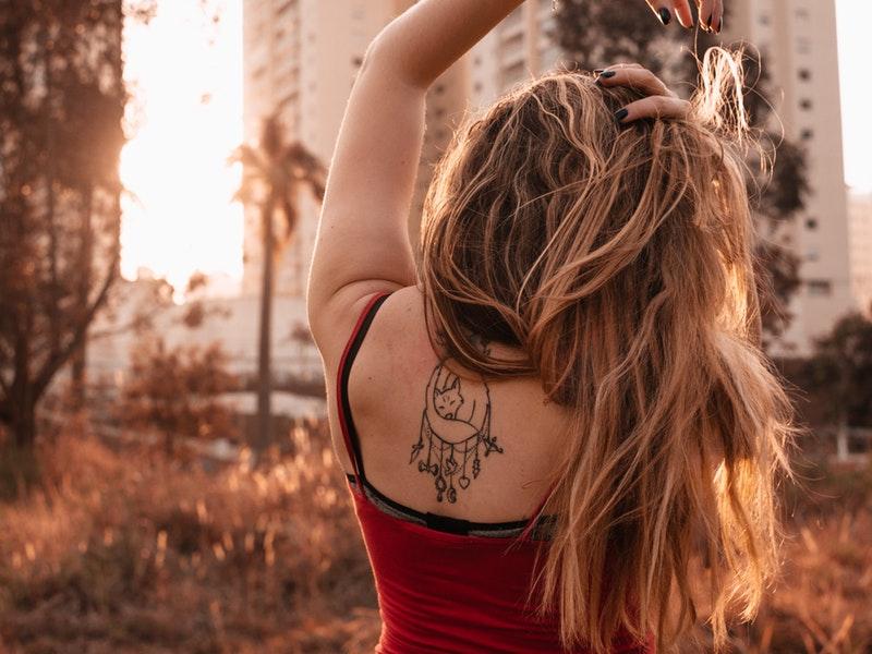 žena s tetovaním