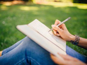 žena píše do denníka