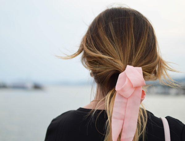šatka vo vlasoch