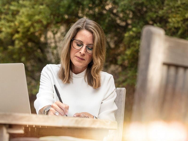 po chvíľke písania sa žena cíti šťastnejšie