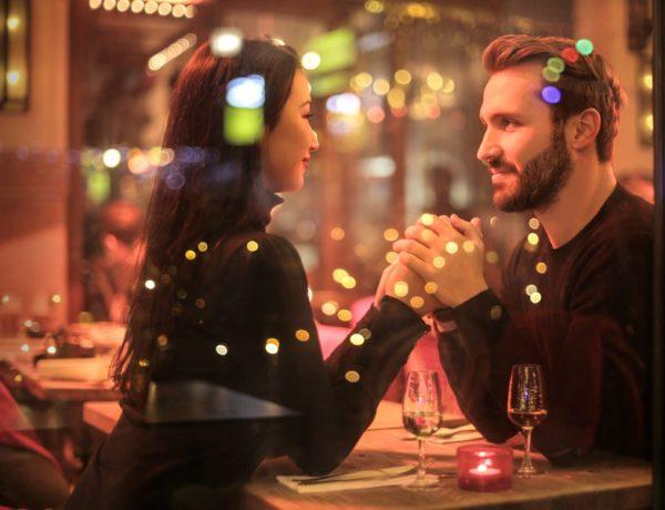 mladý pár si užíva atmosféru romantickej večere