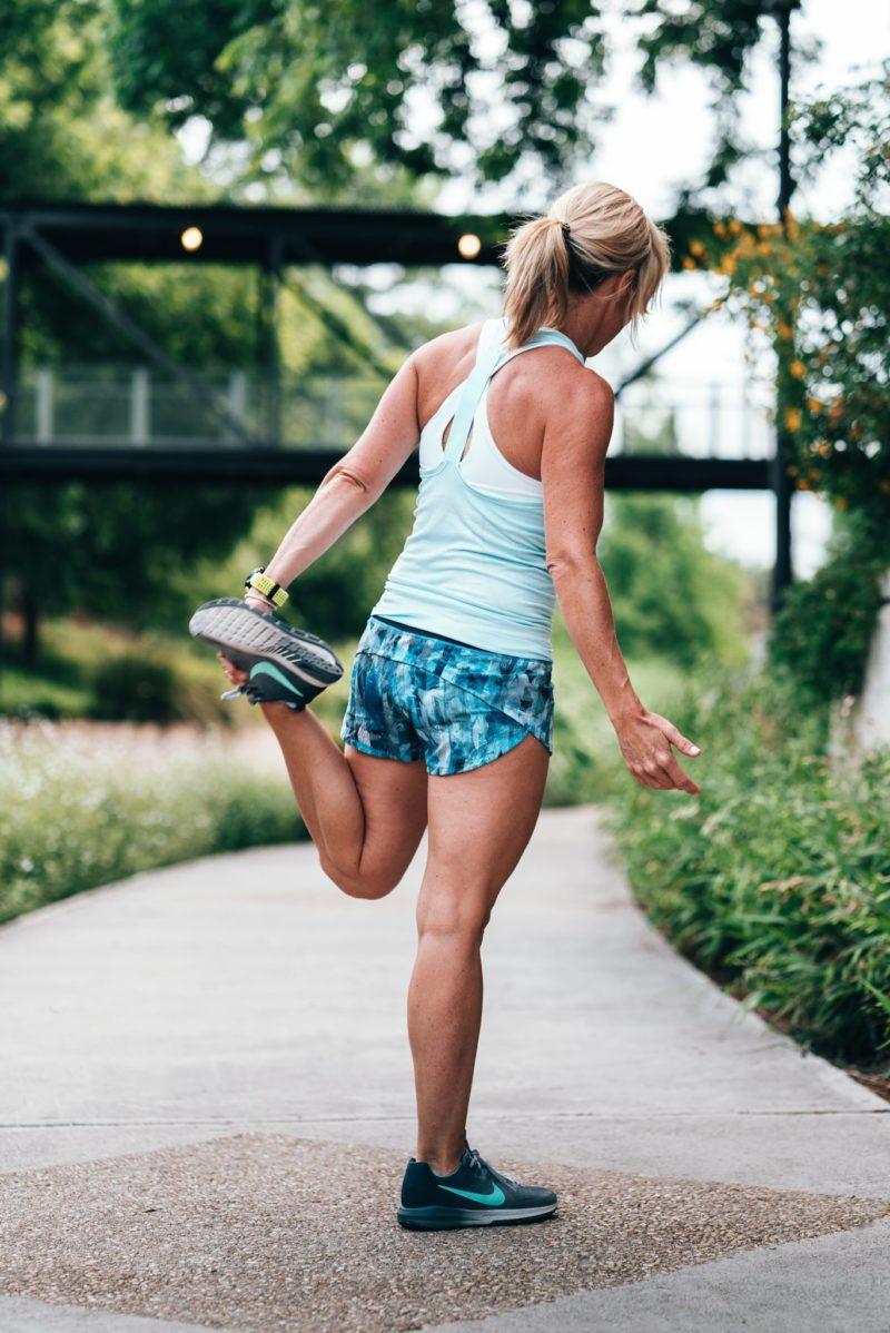 žena po štyridsiatke cvičí