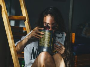 zena číta inšpiratívnu knihu