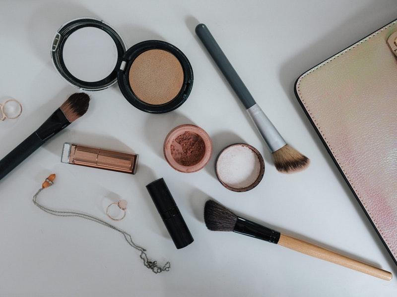 licenka, puder a makeup