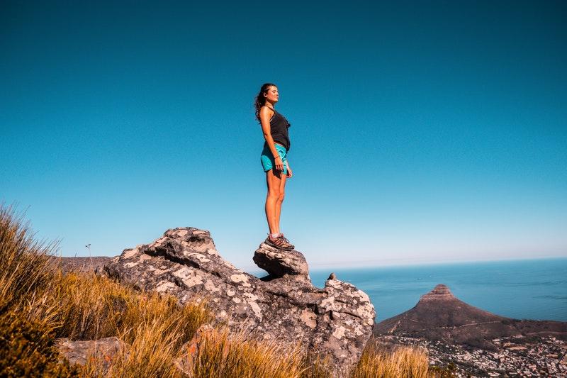 žena na kopci